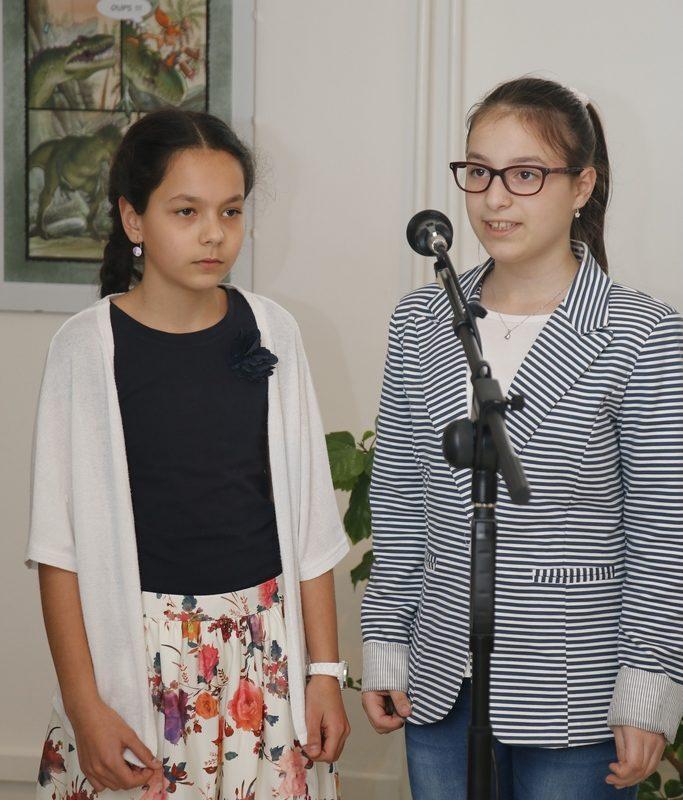 V programe vernisáže vystúpili žiačky Súkromnej základnej školy Štvorlístok zo Skalice. Foto: Róbert Svíba