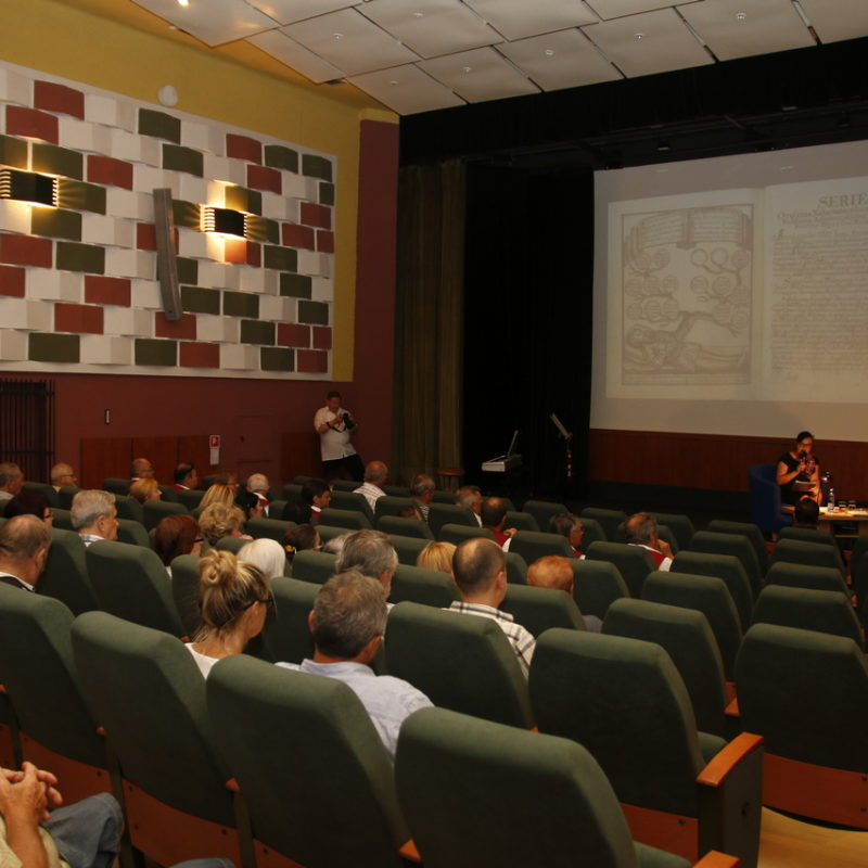 podujatie moderovala Michaela Hazlingerová, pracovníčka odboru kultúry Mesta Skalica. Foto: Róbert Svíba