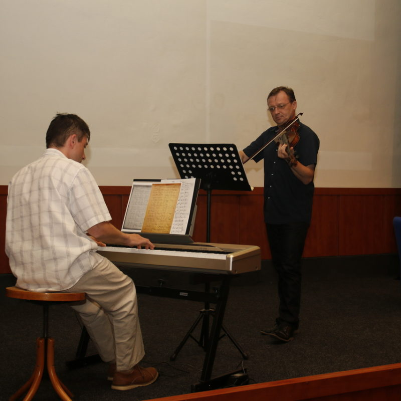Peter Michalovič (husle), Roman Blaha (klavír). Foto: Róbert Svíba