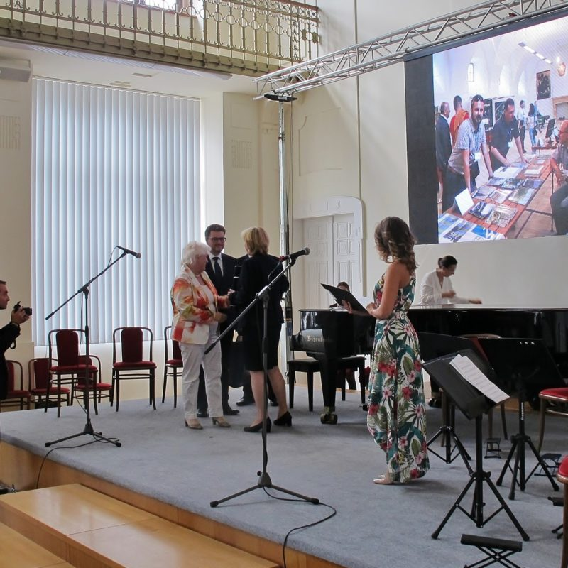 Ocenenie prevzala šéfredaktorka časopisu Záhorie PhDr. Viera Drahošová. Foto: Peter Michalovič